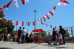 Kadikoy centrum miasta z tłumem ludzie i turecczyzna zaznacza obwieszenie na arkanach obrazy royalty free