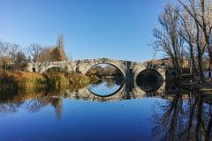 Kadin najwięcej - 15 wiek kamienia łuku most nad Struma rzeką przy Nevestino fotografia stock