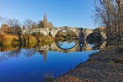 Kadin najwięcej - 15 wiek kamienia łuku most nad Struma rzeką przy Nevestino zdjęcie stock