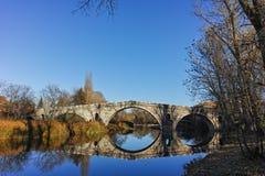 Kadin najwięcej - 15 wiek kamienia łuku most nad Struma rzeką przy Nevestino obraz stock