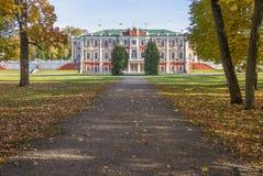 Kadriorg slott i Autumn Tallinn royaltyfri fotografi