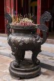 Kadzidło kije w w zawiły sposób dekorującym brązowym kadzidłowym palniku obrazy royalty free