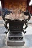 Kadzidło wtyka w smoka pucharze przy świątynnym kompleksem w ninh Binh blisko Hanoi w Wietnam, Azja obrazy stock