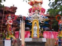 Kadzidłowy kij z bogini guanyin tłem Zdjęcia Stock