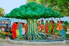 Kadziowy Savitri, kobiety wiąże nić Banyan drzewo Gramowy Sanskruti Udyan, Pashan, Pune Zdjęcie Stock