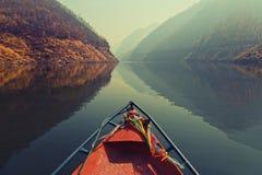 Kaeng Kor är den stora sjön som omgav vid berg Arkivfoton