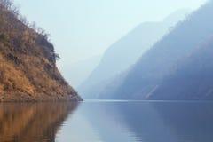 Kaeng Kor är den stora sjön som omgav vid berg Royaltyfri Foto