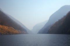 Kaeng Kor är den stora sjön som omgav vid berg Royaltyfria Bilder