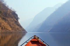 Kaeng Kor är den stora sjön som omgav vid berg Royaltyfri Fotografi