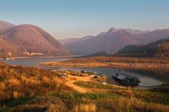Kaeng Kor är den stora sjön som omgav vid berg med housebo Royaltyfri Fotografi