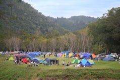 KAENG KRACHAN TAJLANDIA, GRUDZIEŃ, - 2, 2017: Ludzie campingowego namiotu w Kaeng Krachan parku narodowym Phetchaburi Tajlandia obraz stock