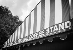 Kafé du monde på en regnig morgon Royaltyfri Bild