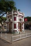 Kafé för Mindelo gränsmärkekiosk på Amilcar Cabral Square Arkivbild