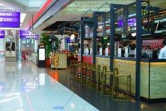 Kafé i emiratterminal 3 på den Dubai flygplatsen Royaltyfri Fotografi