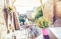 Kafé i gammal gata i Europa med retro tappningeffekt Fotografering för Bildbyråer
