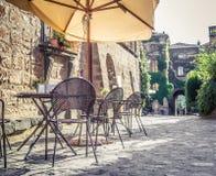 Kafé i gammal gata i Europa med retro tappningeffekt royaltyfria foton