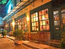 Kafé ioannina Grekland för Xmas-nattgata arkivbild