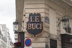 Kafé Le Buci tecken på byggnadsyttersida Arkivbild