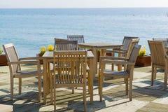 Kafé med trätabeller och stolar på sjösidan Fotografering för Bildbyråer