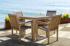 Kafé med trätabeller och stolar på sjösidan Arkivbild