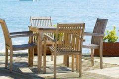 Kafé med trätabeller och stolar på sjösidan Arkivfoto