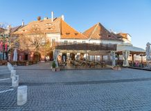 Kafé på fyrkanten i gamla Sibiu, Rumänien royaltyfri fotografi