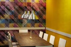 Kafé tabell, stolar, lampor Hemtrevlig atmosfär arkivbild