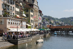 Kaféer och byggnader längs floden Reuss, Lucerne Royaltyfria Bilder