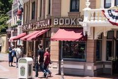 Kaféer och shoppar på Main Street i Disneyland Anaheim Los Angeles, Kalifornien royaltyfri bild
