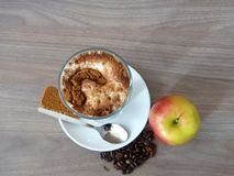 Kafélatte med det kanelbruna kexet och äpplet Royaltyfria Foton