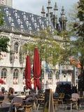 Kaféparaplyer och tabeller i européfyrkant royaltyfria bilder