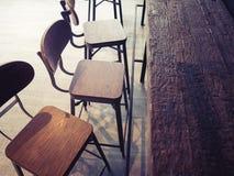 Kaféräknaren presiderar stil för tappning för platsrestaurangkafé retro arkivfoton