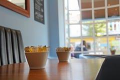 Kafét bordlägger fönsterplats Royaltyfri Foto