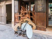 Kafét bordlägger och presiderar den staplade utvändiga Paris restaurangen på ett September Arkivfoto