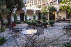Kafét eller stället för vilar i uteplats i det Alhambra komplexet i Spanien royaltyfria bilder