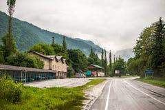 Kafét, hotellet och vandrarhemmet nära karst slösar sjöar Royaltyfria Foton