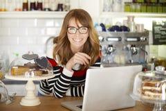 Kafét shoppar ägaren Arkivfoto