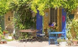 Kafét shoppar i fransk by. Provence. Arkivfoto