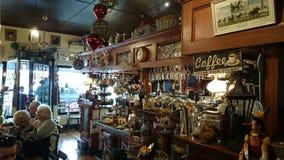 Kafét shoppar inre sikt Arkivfoton