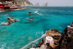 Kafétabell över havskristallvattnet Royaltyfria Bilder