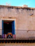 Kafétabell på en balkong i Sedona fotografering för bildbyråer