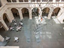 Kafétabeller i den Fogg Art Museum borggården Royaltyfri Bild