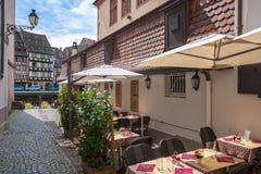 Kafétabeller i Petite France i Strasbourg france Arkivbilder