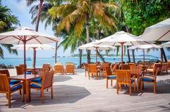 Kafétabeller på en exotisk tropisk semesterort, Maldiverna öar Royaltyfri Fotografi