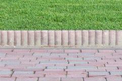 Kafétrottoarkanter och gräs Arkivfoto