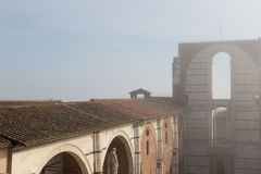 Kafelkowy dach i niezupełna fasada projektowy Duomo Facciatone w mgle lub nuovo Siena 8 370 1000 1600 1947 2010 a6gcs appx uczęsz Zdjęcia Stock