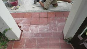 Kafelkowy przywrócenie chodniczek kłaść płytki w budynku zbiory wideo