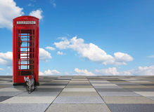 Kafelkowy tło z brytyjskim telefonu pudełkiem, tabby kotem i niebieskim niebem, Zdjęcia Stock