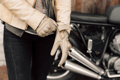 Kaferacers del motociclo Guanti di cuoio del vestito dalla ragazza Guanti di cuoio beige Guanti per la guida del motociclo Immagini Stock