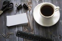 Kaffe, affärskort och kontorstillförsel arkivfoto